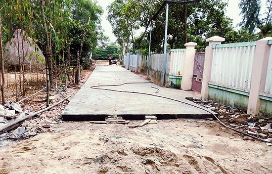 Con đường nơi 23 hộ dân Tổ đoàn kết số 2 sinh sống đang được đổ bê tông.