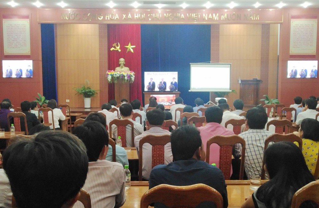 Thủ tướng Nguyễn Xuân Phúc thực hiện nghi thức khai trương Trục liên thông văn bản quốc gia. Ảnh: M.L