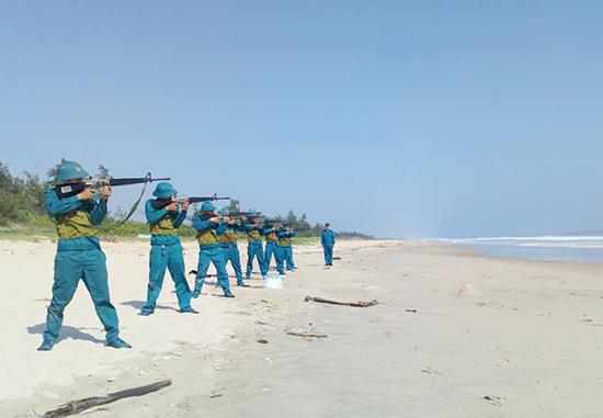 Lực lượng dân quân biển Thăng Bình tham gia công tác huấn luyện. Ảnh: VĂN TOÀN