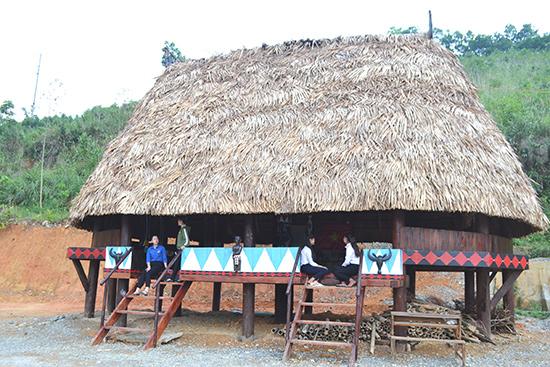 Nhà gươl được phục dựng trong khuôn viên Trường THPT Quang Trung. Ảnh: C.T