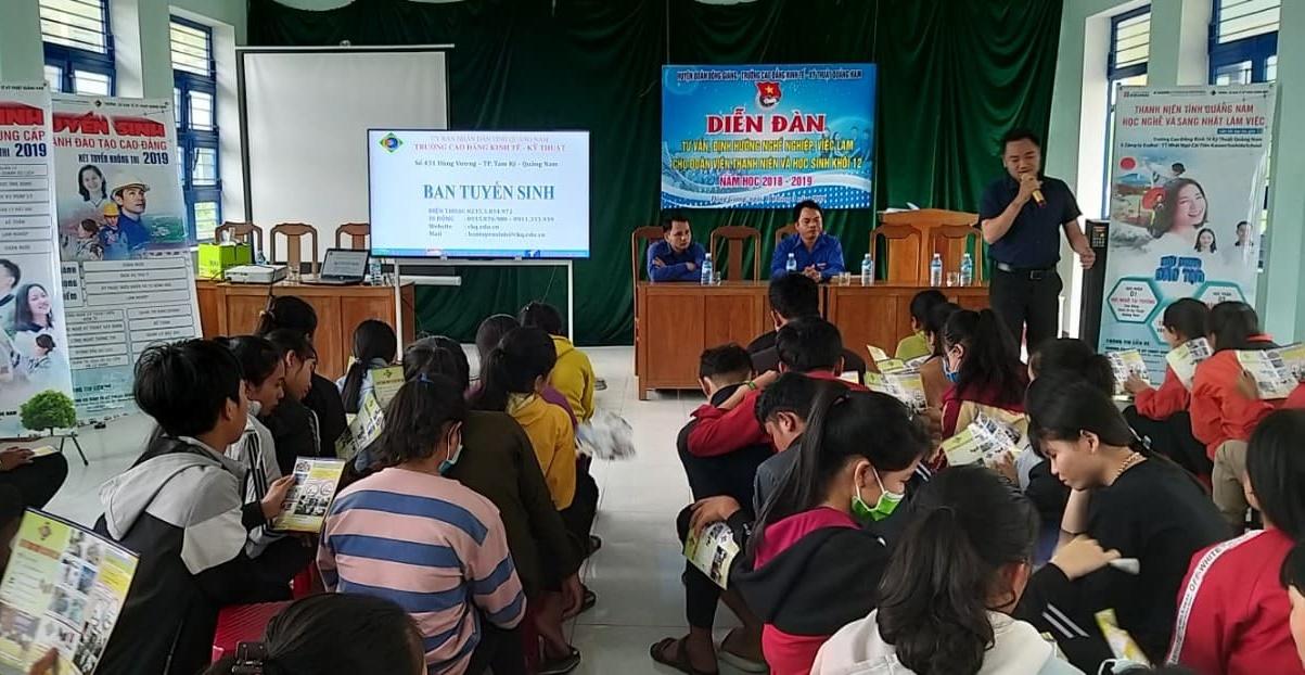 Gần 400 em học sinh lớp 12 được tư vấn hướng nghiệp. Ảnh: M.L