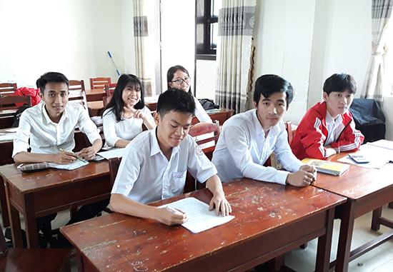 Nhóm học sinh Trường THPT chuyên Nguyễn Bỉnh Khiêm (TP.Tam Kỳ) chiến thắng trong cuộc thi Opympic Vật lý giành học bổng du học toàn phần tại nước Nga. Ảnh: C.N