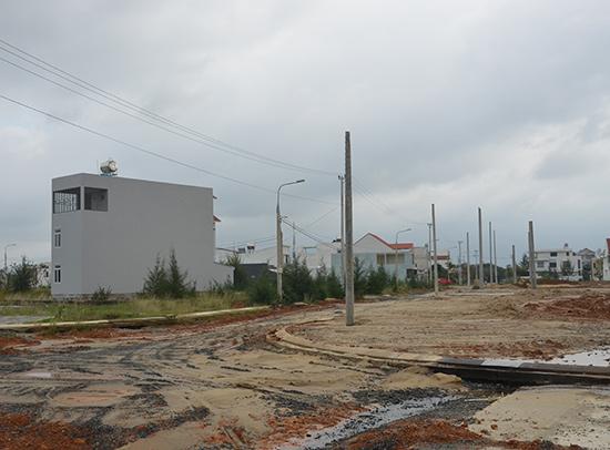 Một dự án khai thác khu dân cư đô thị dở dang tại thị trấn Núi Thành.Ảnh: T.HỮU