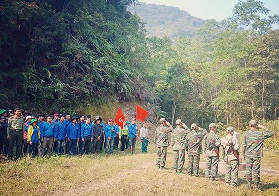 Đoàn viên thanh niên làm lễ chào cột mốc biên giới trước khi phát dọn, làm vệ sinh. Ảnh: Đ.HIỆP