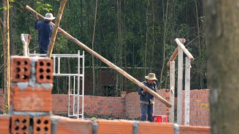 Vào thời điểm này, hàng chục tốp thợ đang khẩn trương xây dựng các công trình cho các hộ dân ở Tiên Xuân 2. Ảnh: Đ. C