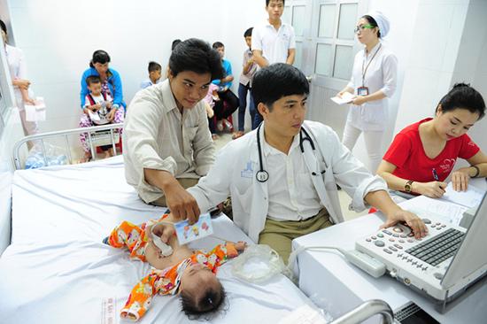 Khám sàng lọc tim cho trẻ là cách để giúp trẻ phát hiện sớm các bệnh về tim mạch. Ảnh: S.T