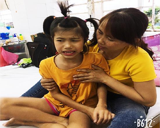 Mẹ Linh chăm sóc con gái tại Bệnh viện Phụ sản - Nhi TP.Đà Nẵng. Ảnh: N.Q.V