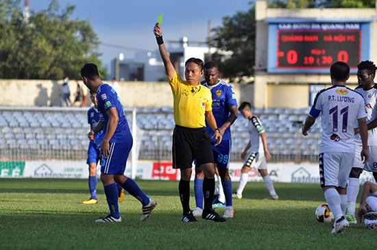 Trọng tài Nguyễn Ngọc Châu bị treo còi do sai sót trong trận đấu Hoàng Anh Gia Lai gặp Sài Gòn. Ảnh: A.N