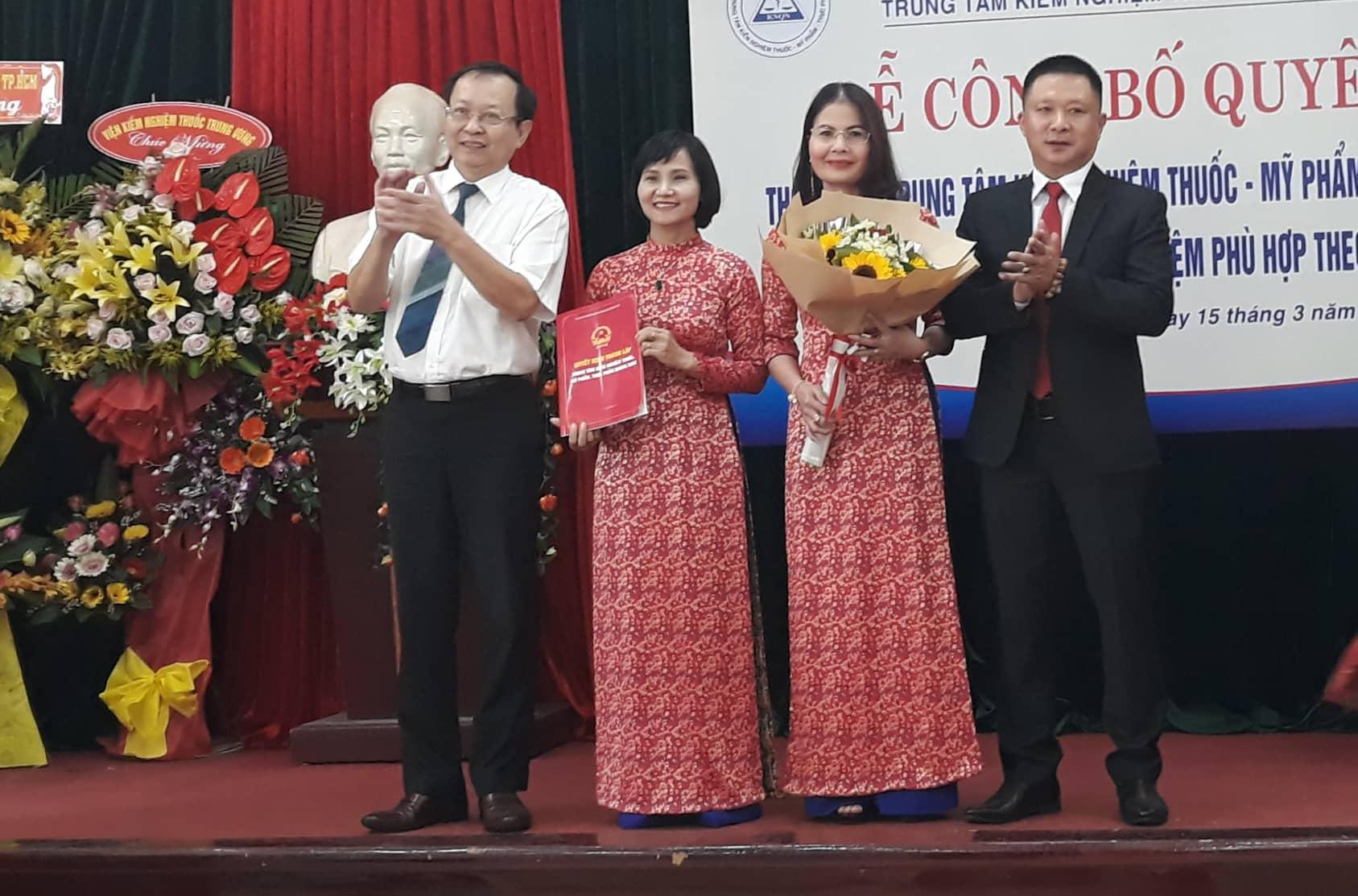 Trao quyết định thành lập cho Ban Giám đốc Trung tâm Kiểm nghiệm thuốc - mỹ phẩm - thực phẩm Quảng Nam. Ảnh: C.N