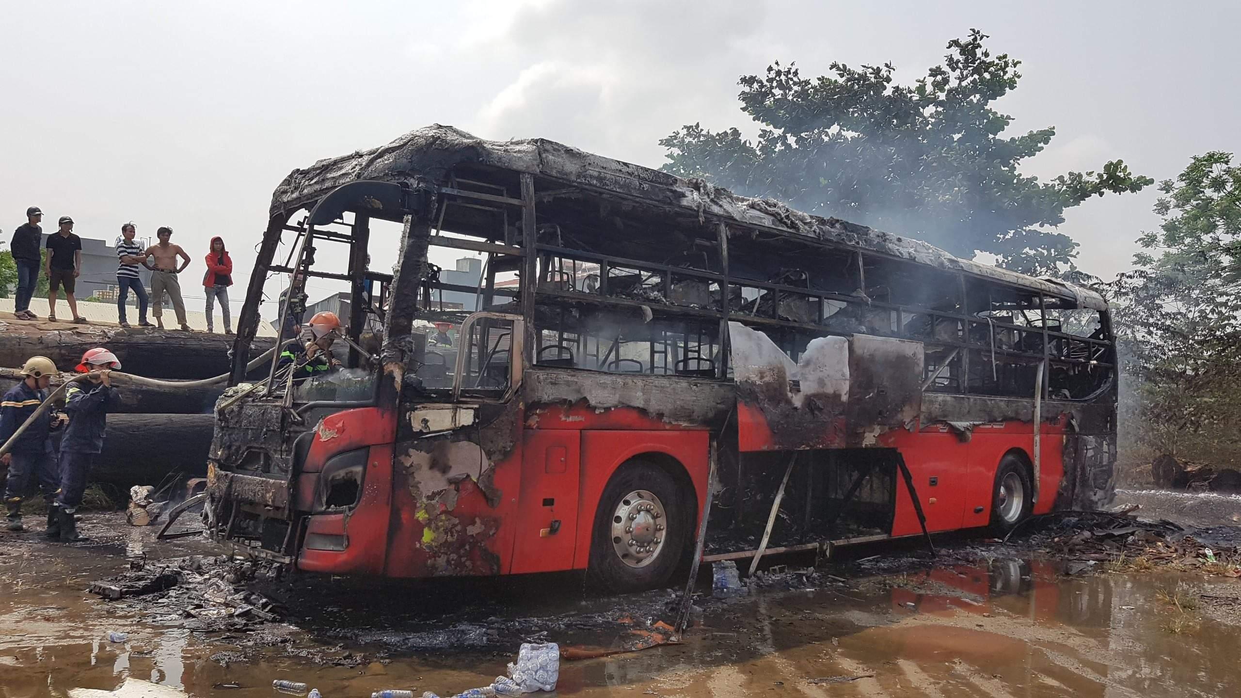 Xe khách bị cháy trơ khung. Ảnh: CTV