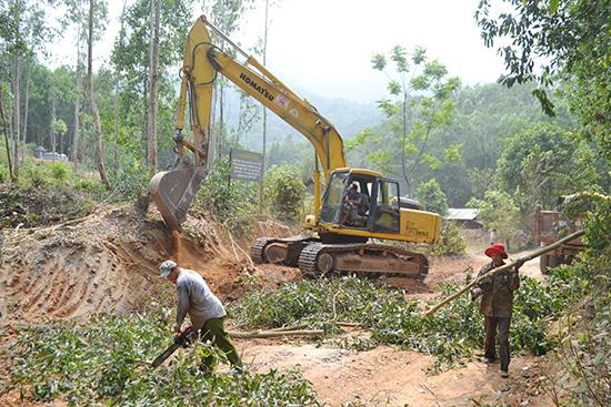 Các hộ gia đình ở Thôn 2, xã Đại Hưng  chủ động chặt hạ cây cối bàn giao mặt bằng thi công công trình. Ảnh: C.TÚ