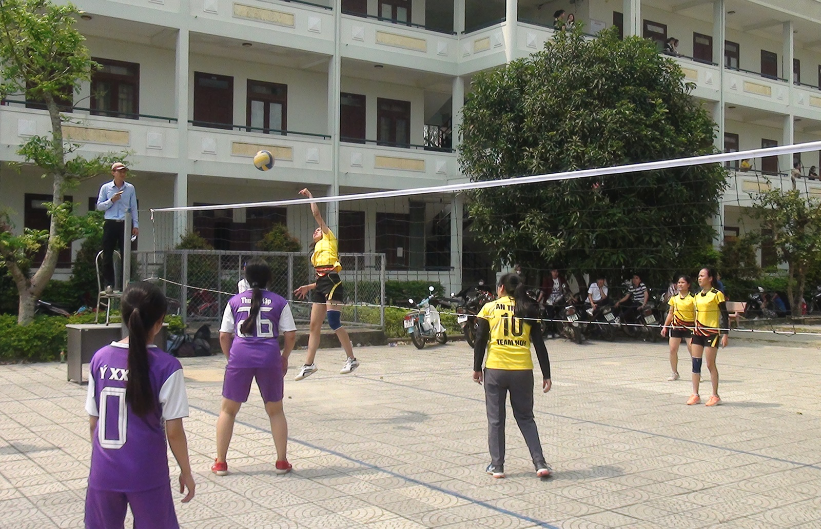 Thi đấu bóng chuyền nữ khối trường học. Ảnh: B.N