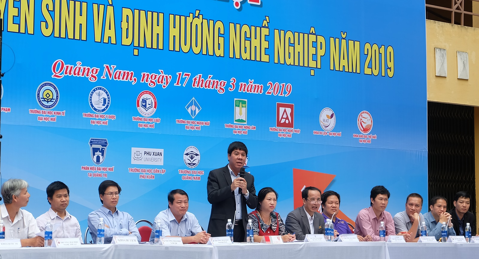 PGS.TS Huỳnh Văn Chương - PGĐ Đại học Huế trả lời các câu hỏi của học sinh. Ảnh: M.L
