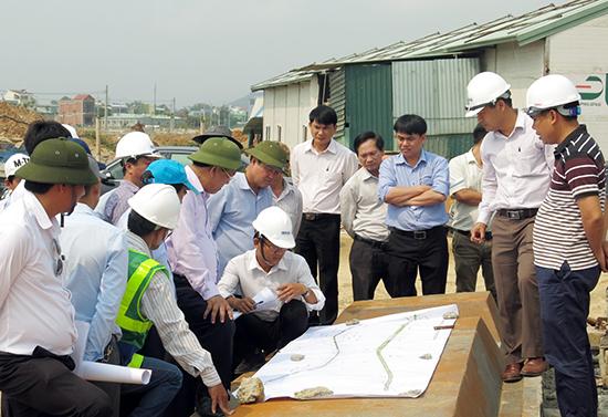 Lãnh đạo Quảng Nam kiểm tra các dự án đầu tư tại Chu Lai. Ảnh: T.D