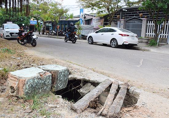 Nắp cống thoát nước đối diện số nhà 67, đường Nguyễn Dục (Tam Kỳ) bị hư hỏng tiềm ẩn nhiều nguy cơ cho người đi bộ.
