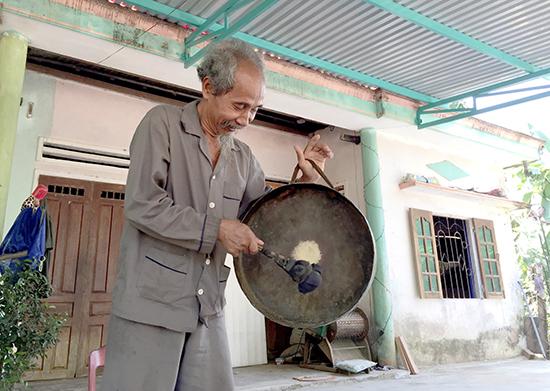 Già làng Hồ Văn Xây cho biết, ngày xưa, để có 1 cái cồng chiêng người Mơ Nông phải đổi 1 con trâu. Ảnh: PHAN VINH