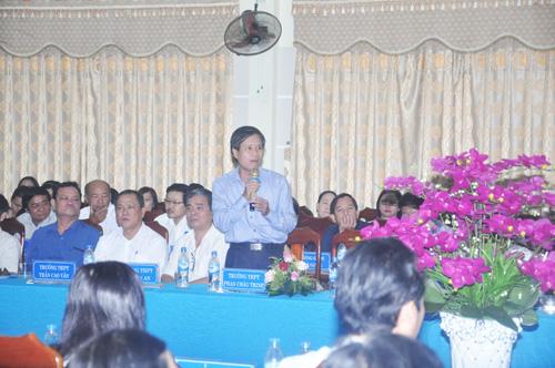 Thầy Phạm Hữu Thức-Hiệu trưởng Trường THPT Phan Châu Trinh (Tiên Phước) bày tỏ những băn khoăn khi triển khai chương trình sách giáo khoa mới với Bộ trưởng. Ảnh: X.P