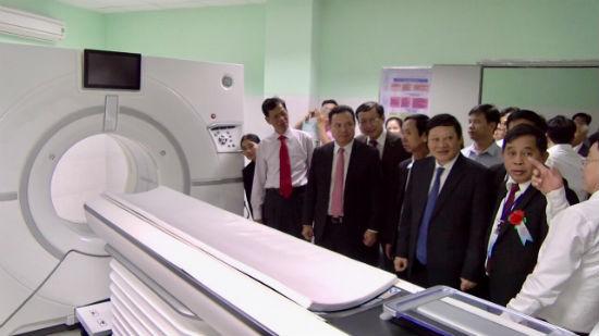 Các đại biểu tham quan Khu chẩn đoán và điều trị kỹ thuật cao với hệ thống máy móc hiện đại. Ảnh: P.V