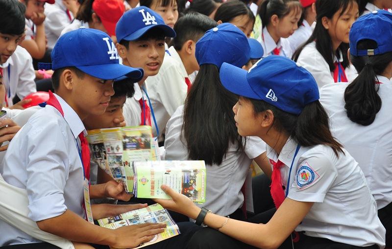 Học sinh khối lớp 9 trao đổi về những thông tin tuyên sinh, hướng nghiệp của Trường Cao đẳng Kinh tế - kỹ thuậ Quảng Nam. nh: V,A