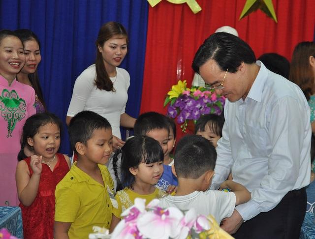 Bộ trưởng Phùng Xuân Nhạ thăm hỏi các cháu tại Trường Mẫu giáo Quế Tuhận. Ảnh: X.P