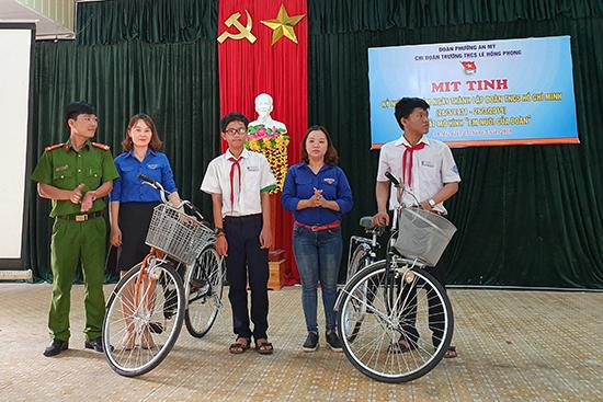 Tặng xe đạp cho học sinh khó khăn.