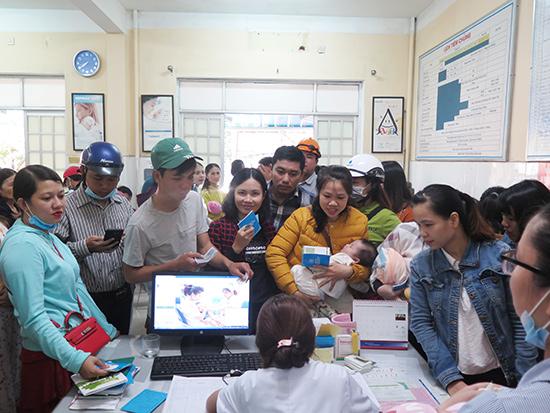 Phụ huynh đưa trẻ đi tiêm chủng tại các trạm y tế hoặc CDC Quảng Nam. Ảnh: LÊ QUÂN