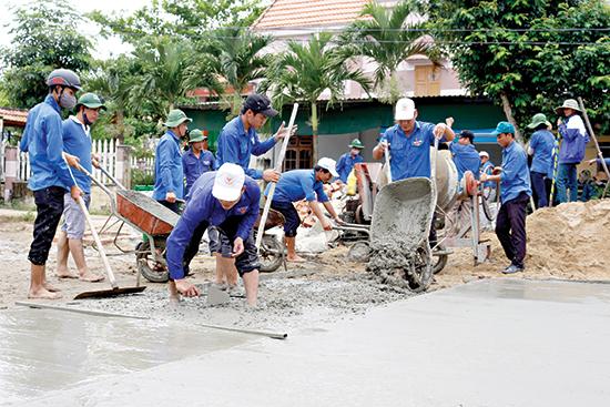 Đoàn viên thanh niên tình nguyện làm đường giao thông nông thôn. Ảnh: THÀNH ĐẠT