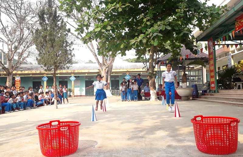 Các em đội viên huyện Nam Giang trải nghiệm các trò chơi trong Ngày hội Thiếu nhi vui khỏe - Tiến bước lên Đoàn. Ảnh: CTV
