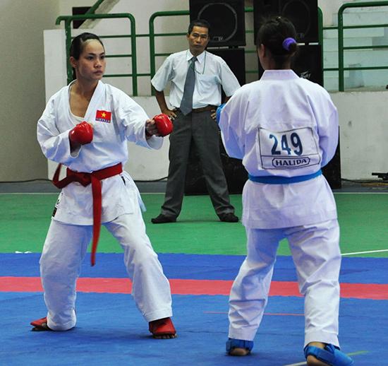 Bùi Thị Triều (bên trái) thi đấu tại Đại hội TD-TT toàn quốc năm 2010. Ảnh: T.V