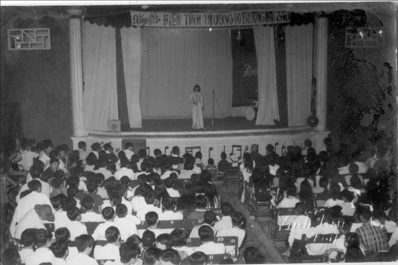 Một chương trình văn nghệ của trường nữ trung học Hội An được tổ chức tại Hý viện Phi Anh. Ảnh từ sưu tập cá nhân của ông Trương Duy Trí.
