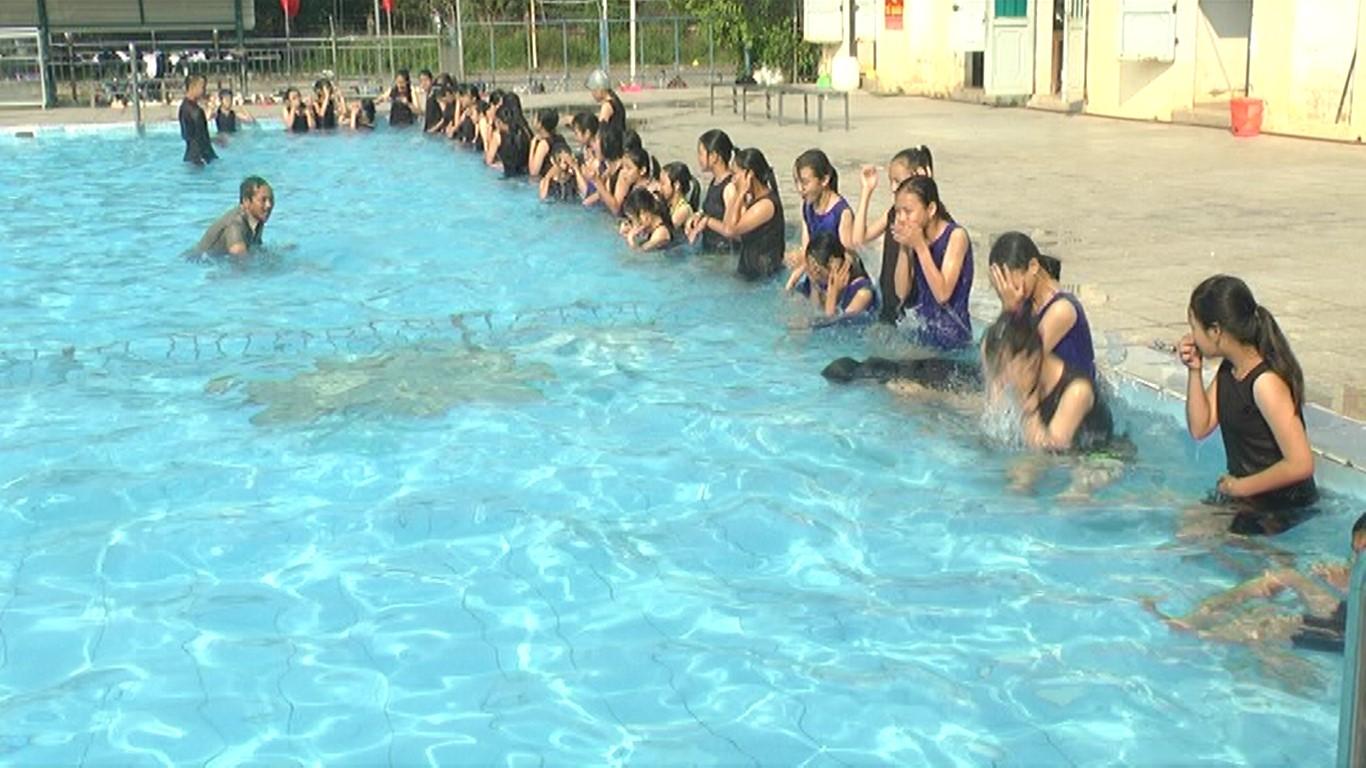 Khai giảng chương trình phổ cập bơi phòng chống đuối nước. Ảnh: B.T