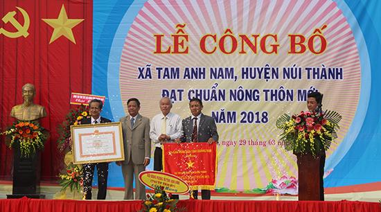 Tam Anh Nam đón nhận bằng xã đạt chuẩn nông thôn mới. Ảnh: VĂN PHIN