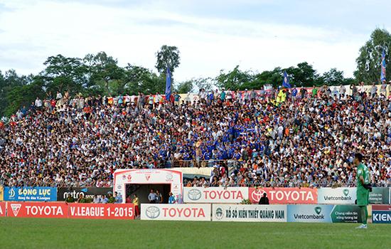 Nhiều hạng mục sân vận động Tam Kỳ như mặt sân, phòng chức năng, khán đài xuống cấp nặng. Ảnh: T.V