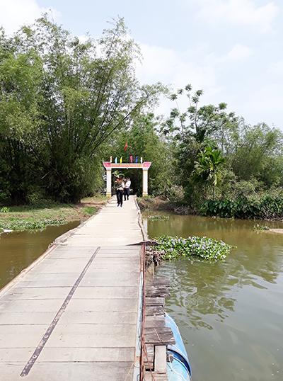Chiếc cầu dẫn vào xóm Gò. Ảnh: B.LÂM