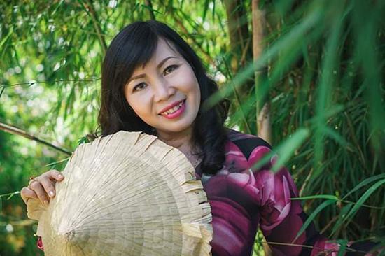Cô giáo Trần Thu Hường với chiếc nón cời quê hương. Ảnh: P.P.Q