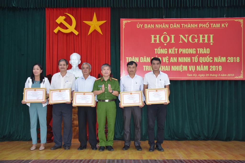 Lãnh đạo Công an tỉnh trao giấy khen cho các tập thể có thành tích xuất sắc trong phong trào.