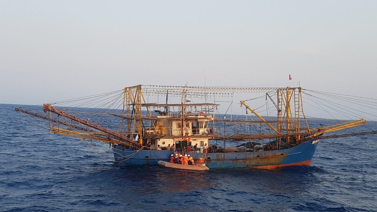 àu cứu hộ tiếp cận tàu cá có ngư dân bị thương ngoài khơi xa. Ảnh: CQCC
