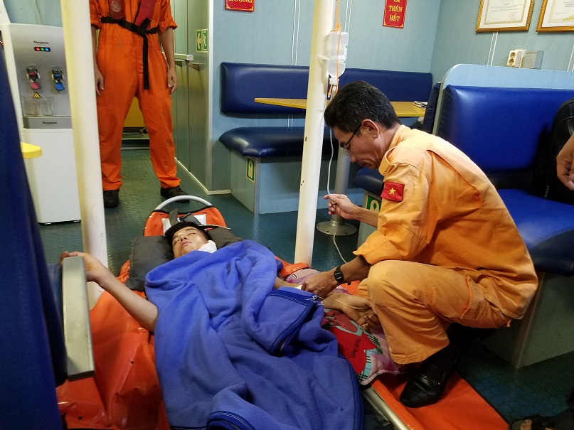 Lực lượng cứu hộ sơ cấp cứu cho nạn nhân. Ảnh: CQCC