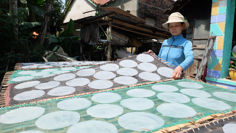 Người dân Điện Phương nhiều phát triển bánh tráng Phú Triêm thành thương hiệu. Ảnh: L.C