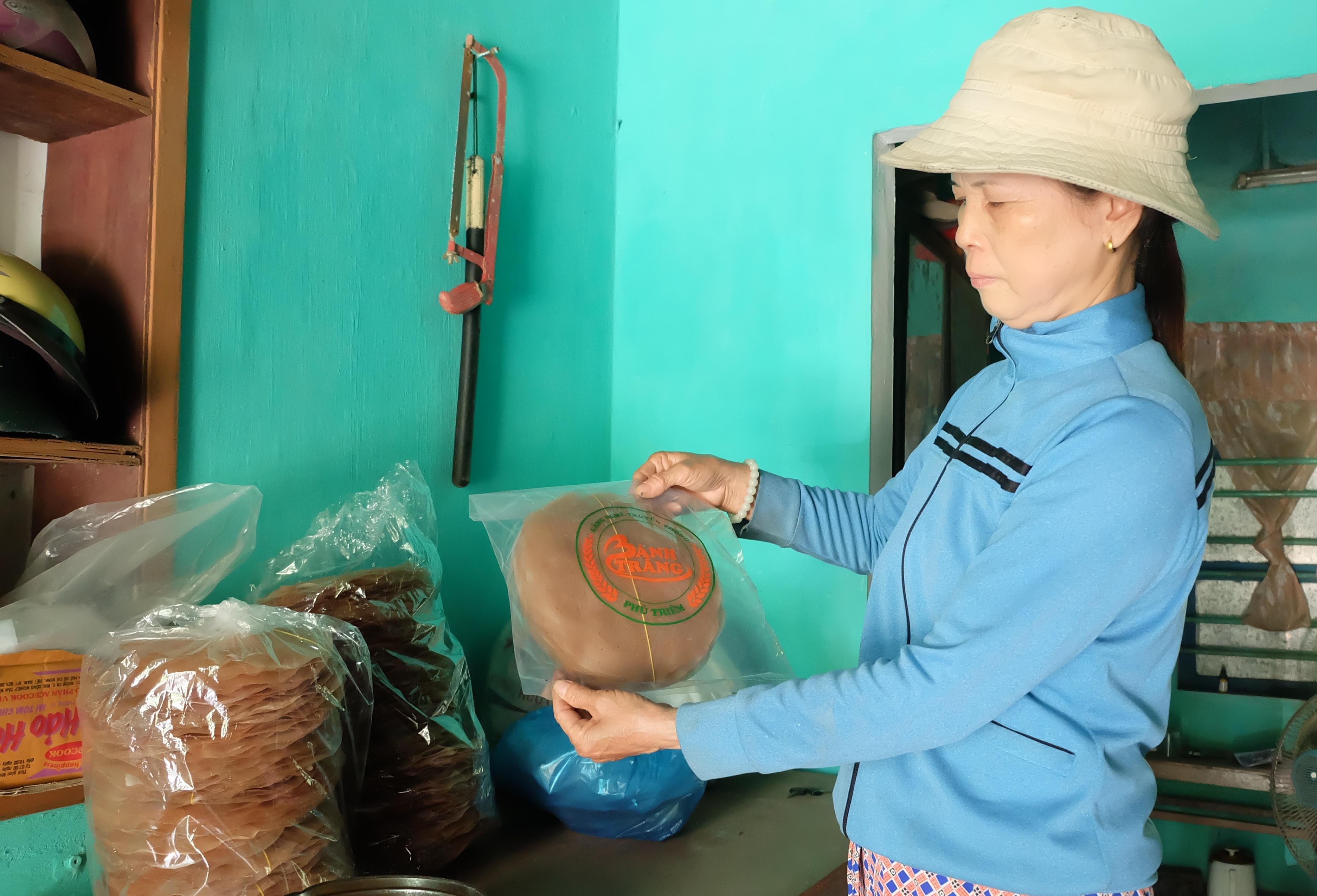 Với bao bì, nhãn hiệu cụ thể, bánh tráng Phú Triêm ngày càng được người tiêu dùng biết đến. Ảnh: L.C