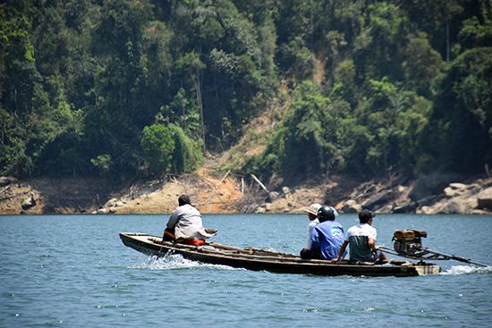 Ghe thuyền hoạt động trên lòng hồ thủy điện Sông Tranh 2. Ảnh: T. THẮNG