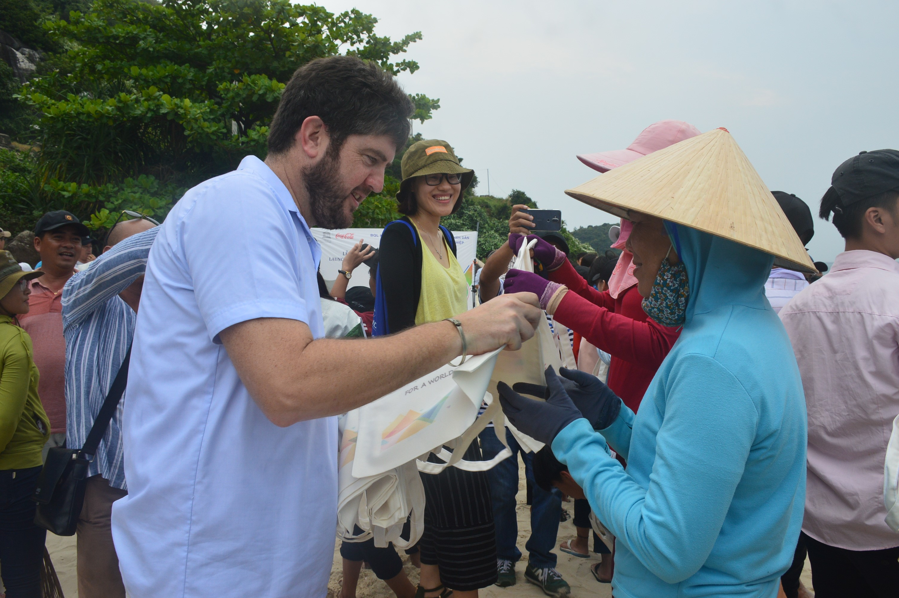 Mr. Michael Croft – Head of UNESCO Office in Vietnam gives Cham Islands' residents eco-bags to collect garbage.