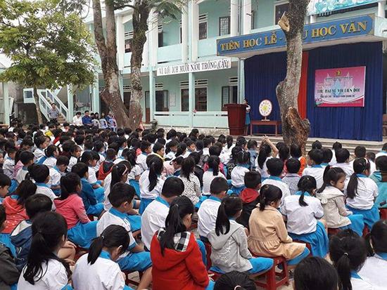 """Chương trình """"Thứ Hai về với liên đội"""" tại Trường Tiểu học Hoàng Diệu (Nông Sơn). Ảnh: T.T"""