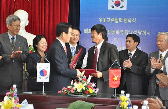 The signing ceremony to establish the friendly cooperative relationship between Tam Ky city and Dalseo district, South Korea.
