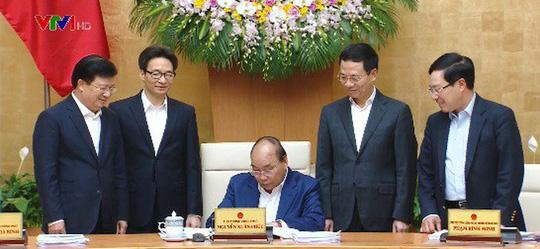 Thủ tướng Nguyễn Xuân Phúc ký quyết định phê quyệt quy hoạch báo chí. Ảnh: VTV