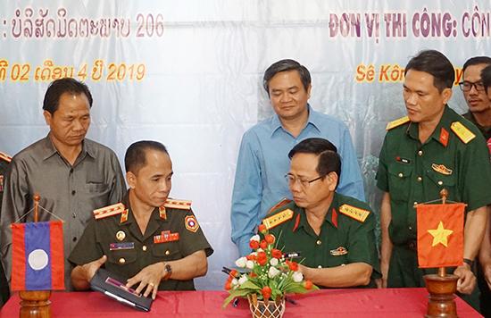 Ký kết biên bản bàn giao nhà làm việc cho Ban CHQS huyện Thà Tèng.