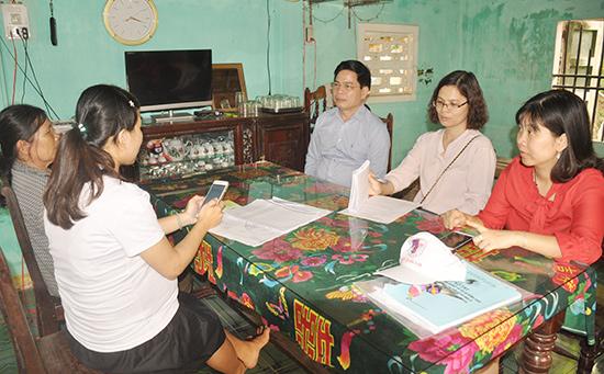 Ông Phạm Quang Vinh cùng các thành viên đoàn công tác kiểm tra thực tế thu thập thông tin tại hộ của điều tra viên trên địa bàn phường Tân Thạnh. Ảnh: N.Đ