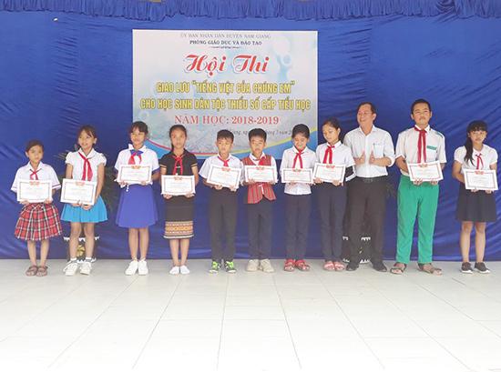 Phòng GD-ĐT huyện Nam Giang trao giải thưởng cho các cá nhân xuất sắc. Ảnh: T.THU