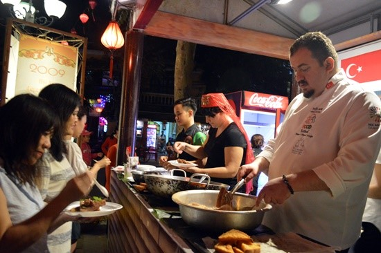 Visitors enjoy food cooked by international chefs in the previous Hoi An international food festival.