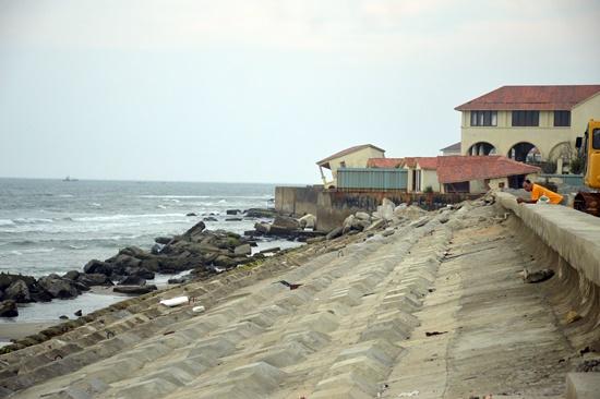 The concrete embankment along Cua Dai coast, temporary solution to coastal erosion here. Photo: internet